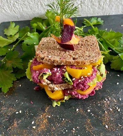 Rote Bete-Hummus- Sandwich